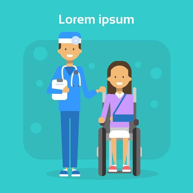 Docteur en médecine avec une jeune femme sur une chaise roulante, heureuse femme handicapée souriante, assis sur un concept de handicap Vecteur Premium