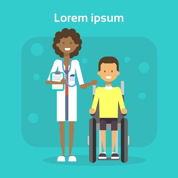 Docteur en médecine avec un jeune homme sur une chaise roulante, un homme heureux handicapé souriant, assis sur un concept d'invalidité en fauteuil roulant Vecteur Premium