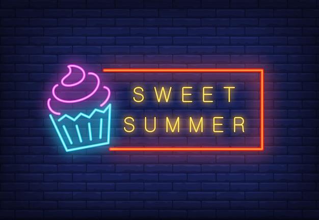 Doux texte d'été au néon dans un cadre avec de la glace. annonce saisonnière d'offre ou de vente Vecteur gratuit