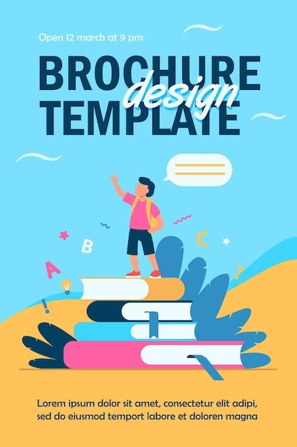Écolier Debout Sur Des Livres, Levant La Main Et Parlant Modèle De Flyer Vecteur gratuit
