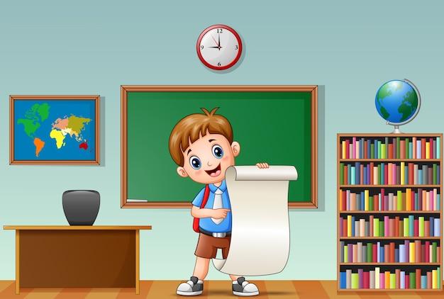 Écolier tenant le papier dans une salle de classe Vecteur Premium