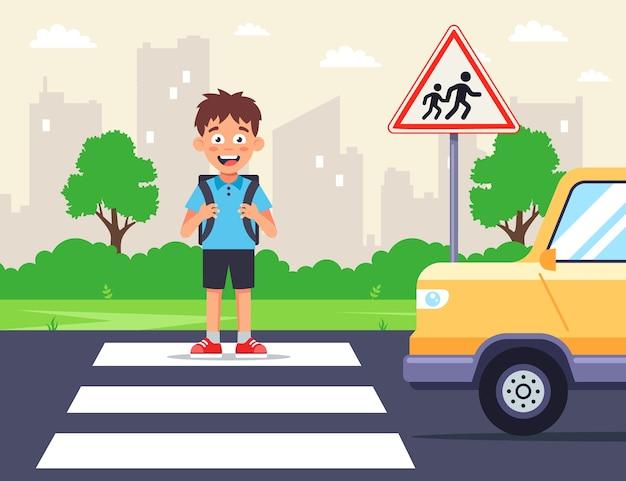 Un écolier Traverse La Route Sur Un Passage Piéton. La Voiture Croise Un Piéton. Enfants Avertissent Panneau De Signalisation. Illustration Plate. Vecteur Premium