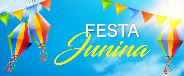 Éléments de festa junina belles et colorées sur fond de ciel bleu ensoleillé Vecteur Premium