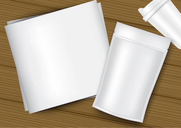 Emballage de sachet de sac réaliste, tasse en plastique, papier blanc et fond en bois Vecteur Premium