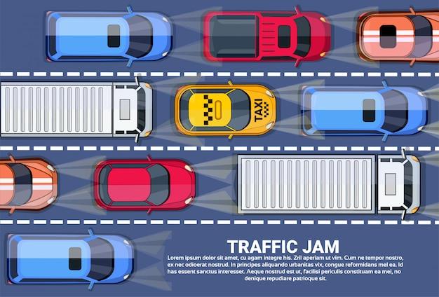 Embouteillage sur la vue de dessus de route avec autoroute pleine de voitures différentes Vecteur Premium