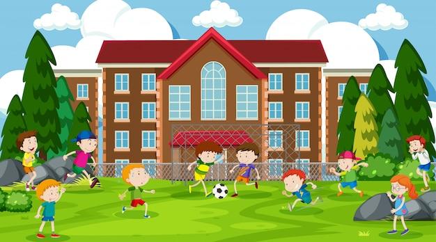 Enfants actifs jouant dans la scène en plein air Vecteur gratuit
