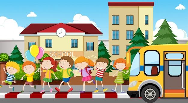 Enfants Actifs Jouant Dans Une Scène En Plein Air Vecteur gratuit