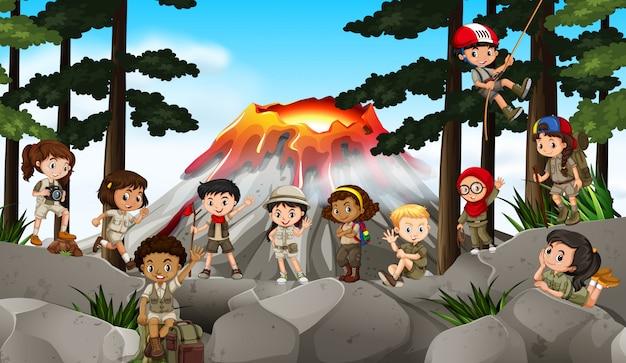 Enfants campant dans les bois Vecteur gratuit