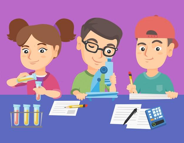 Enfants caucasiens faisant une expérience chimique. Vecteur Premium