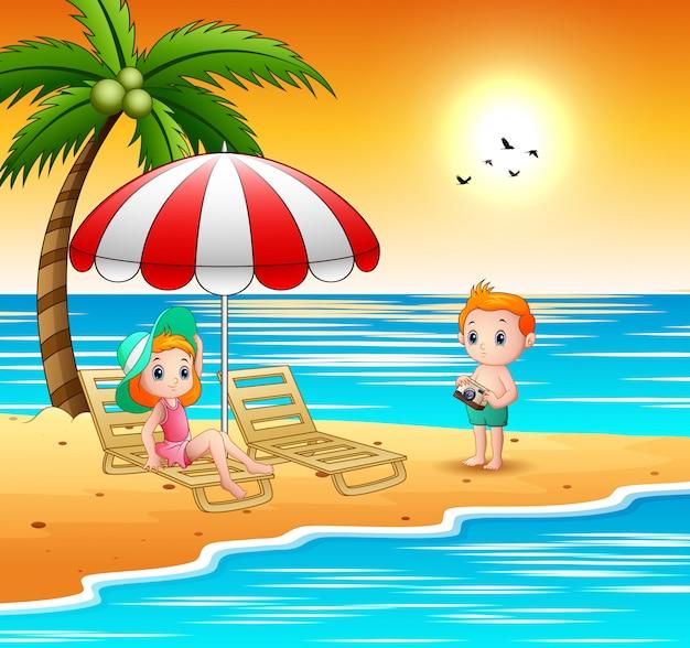 Enfants dessin animé se détendre à la plage Vecteur Premium