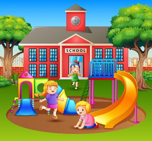 Enfants Dessinés S'amusant Dans L'aire De Jeu Vecteur Premium