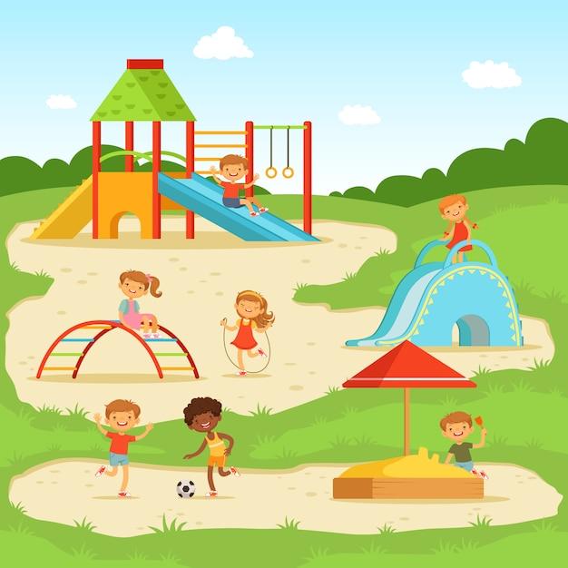 Enfants drôles au terrain de jeu d'été. enfants jouant dans le parc. illustration vectorielle Vecteur Premium