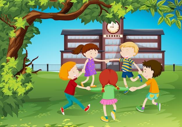 Les enfants font le tour du parc Vecteur gratuit