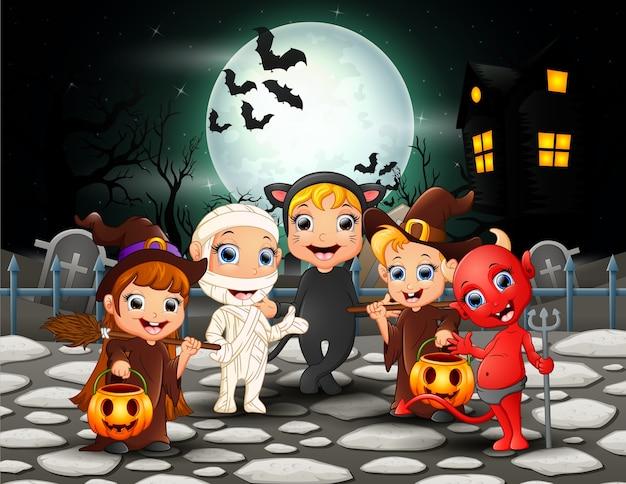 Enfants halloween heureux en pleine lune Vecteur Premium
