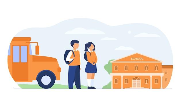 Enfants Heureux En Attente D'autobus Scolaire Isolé Illustration Vectorielle Plane. Dessin Animé Fille Et Garçon Debout Sur La Route Près Du Bâtiment De L'école. Vecteur gratuit