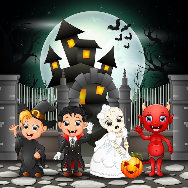 Enfants heureux cartoon avec fond d'halloween Vecteur Premium