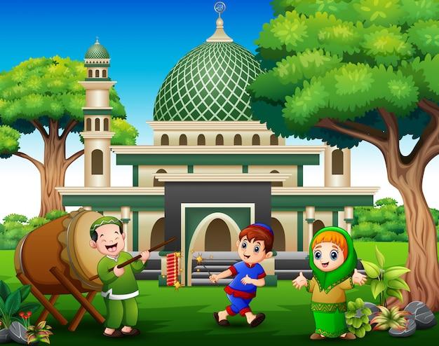 Des enfants heureux célèbrent pour l'aïd moubarak avec des pétards Vecteur Premium