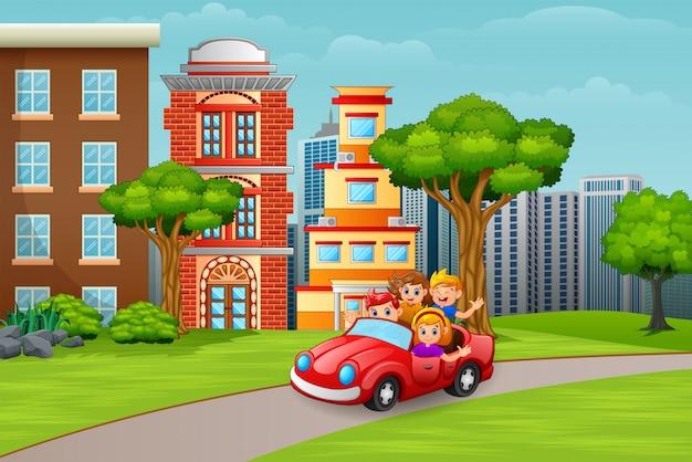 Enfants heureux dans une voiture sur la route de la ville Vecteur Premium
