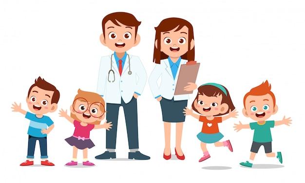 Enfants heureux avec le docteur sourire Vecteur Premium