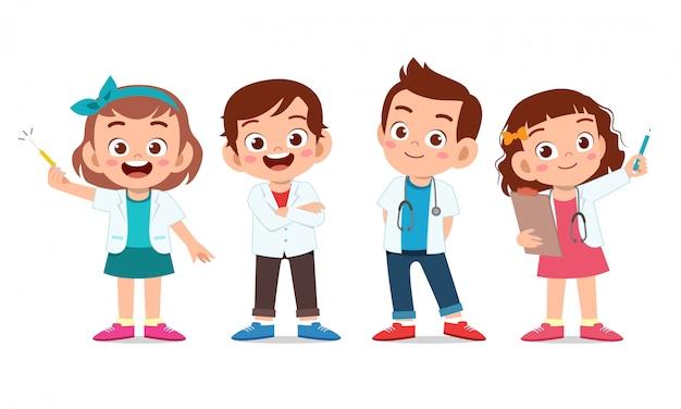Enfants Heureux Portent Un Ensemble Uniforme De Médecin Vecteur Premium