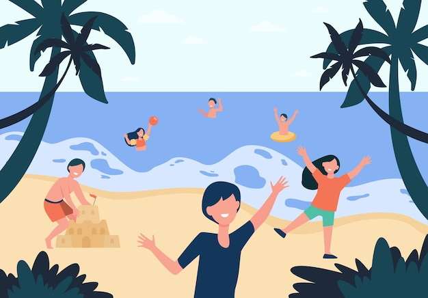 Des Enfants Heureux Profitant Du Soleil Et De L'eau Sur La Plage, Jouer Au Ballon, Construire Un Château De Sable, Se Baigner Dans La Mer. Vecteur gratuit