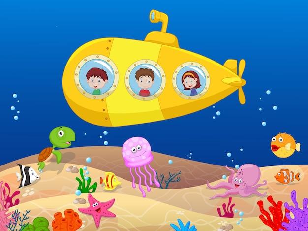 Enfants heureux en sous-marin Vecteur Premium