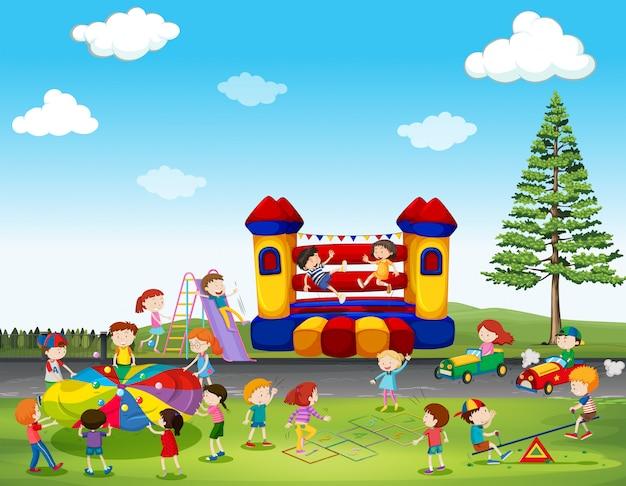 Enfants jouant au jeu dans le parc Vecteur gratuit
