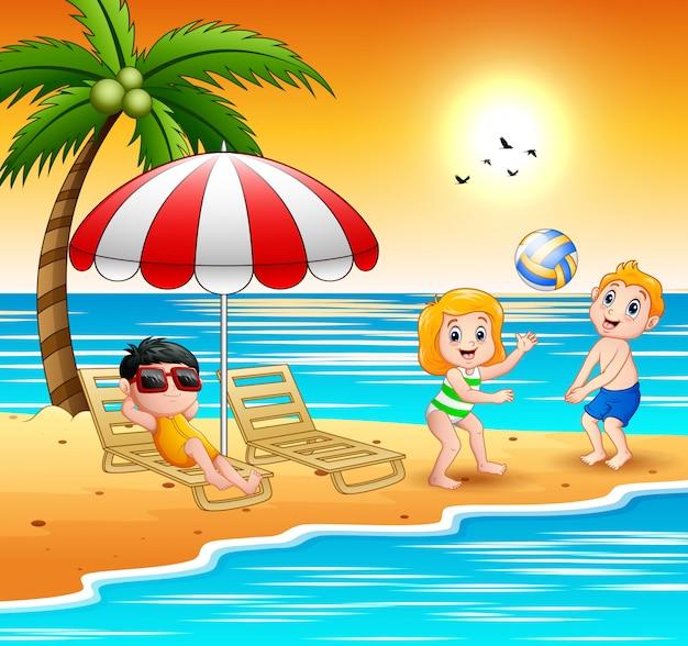 Enfants jouant à la plage pendant les vacances d'été Vecteur Premium