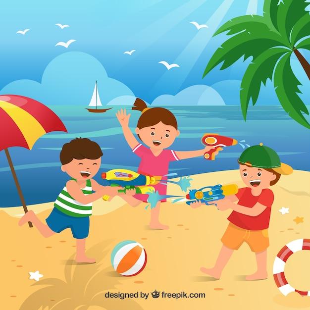 Enfants jouant sur la plage avec des pistolets à eau en plastique Vecteur gratuit