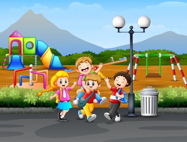 Enfants jouant sur la route avec fond de terrain de jeu Vecteur Premium