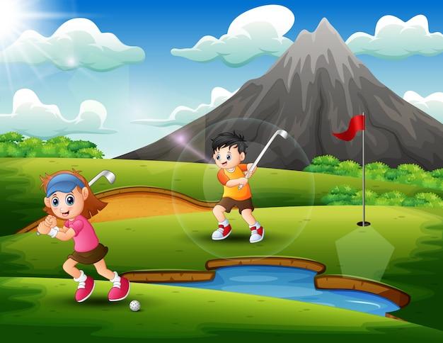 Les enfants jouent au golf dans la belle nature Vecteur Premium
