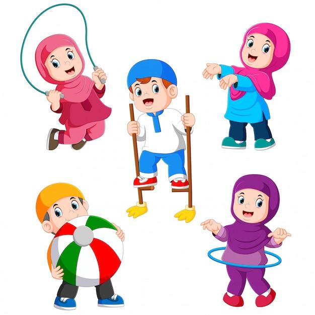 Les enfants jouent avec leurs différents jouets Vecteur Premium