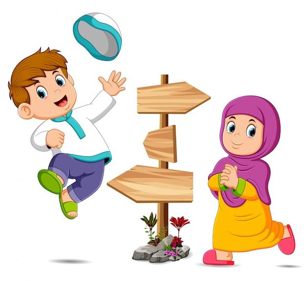 Les enfants jouent près du poteau en bois Vecteur Premium