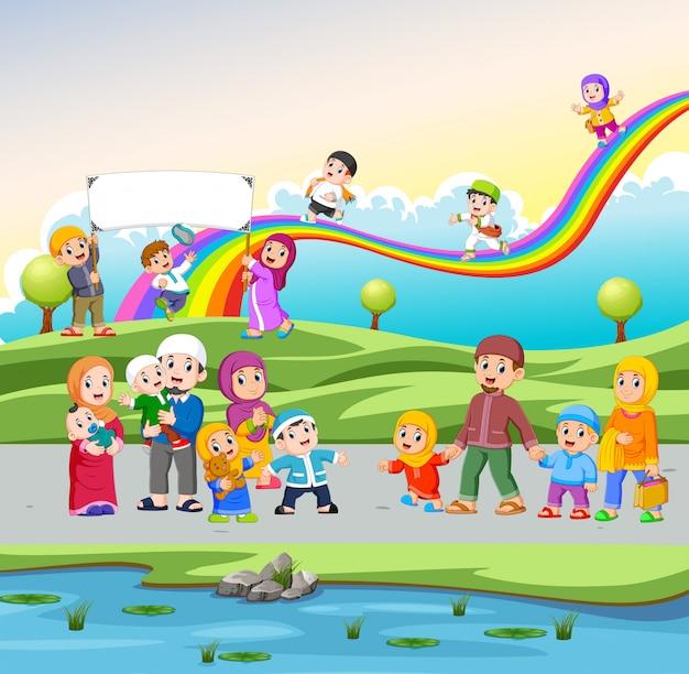 Les enfants jouent et se promènent dans la rue près du jardin Vecteur Premium