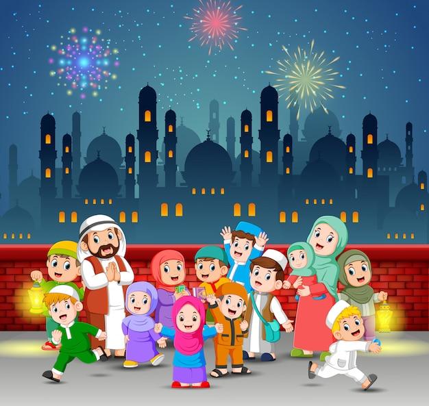Les enfants et leurs parents jouent dans la nuit du ramadan Vecteur Premium