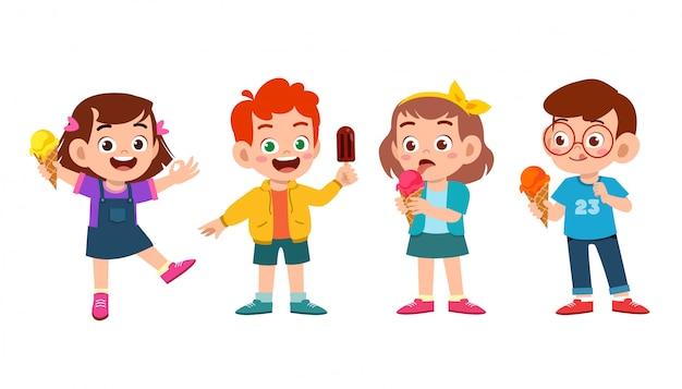 Enfants mignons heureux mangent ensemble de crème glacée Vecteur Premium