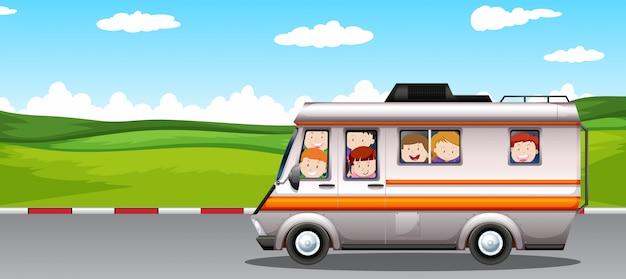 Enfants montés sur un camping-car Vecteur gratuit