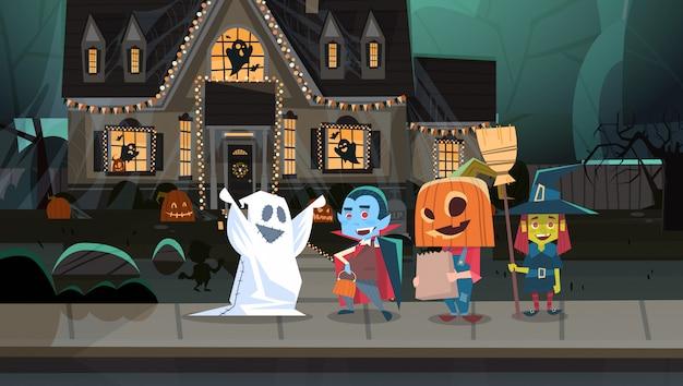 Enfants portant des costumes de monstres marchant en ville tours ou traiter heureux concept de vacances bannière halloween Vecteur Premium