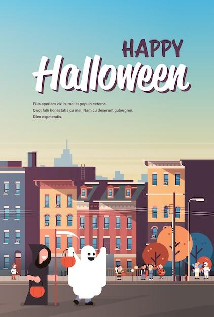 Enfants Portant Des Monstres Fantôme Sombre Faucheuse Costumes Marche Affiche De La Ville Vecteur Premium