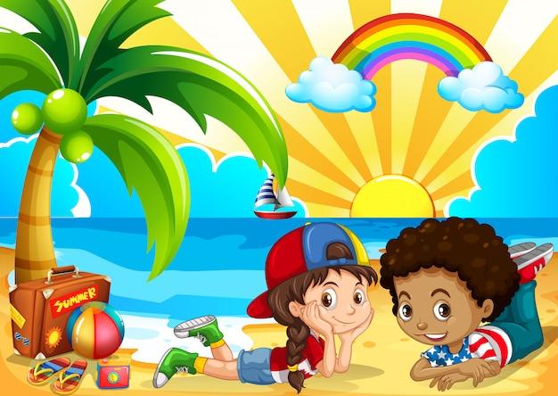 Enfants s'amusant sur la plage Vecteur gratuit