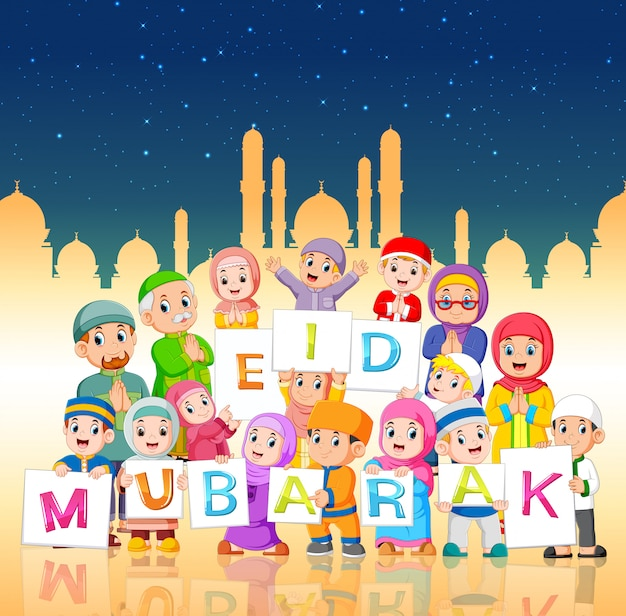 Les enfants tiennent le panneau ied mubarak dans la nuit du ramadan Vecteur Premium