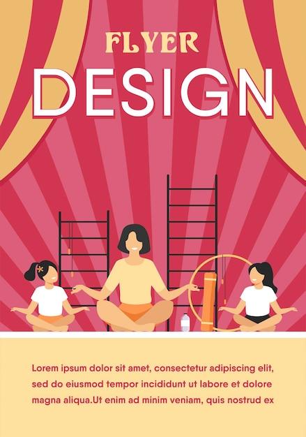 Enseignant Et Enfants Assis Dans La Pose De Yoga Plat Isolé Vecteur gratuit