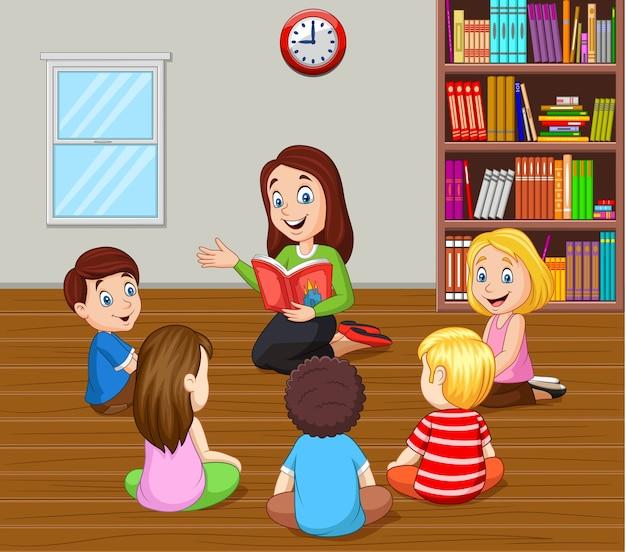 Un enseignant raconte une histoire aux enfants en classe Vecteur Premium