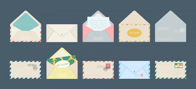 Ensemble De Cartes Postales Isolées D'enveloppe De Carte Postale Et De Lettres D'invitation De Vacances Avec Des Timbres-poste. Vecteur Premium