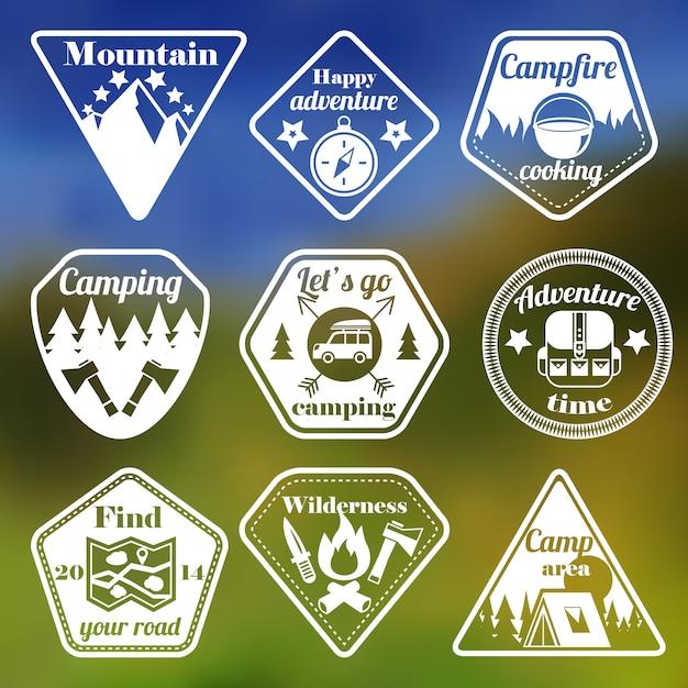 Ensemble d'emblèmes plat camping tourisme en plein air Vecteur gratuit