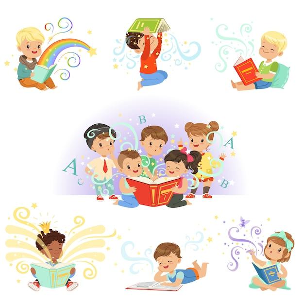 Ensemble D'enfants Mignons. Sourire De Petits Garçons Et Filles Illustrations Colorées Sur Fond Bleu Clair Vecteur Premium
