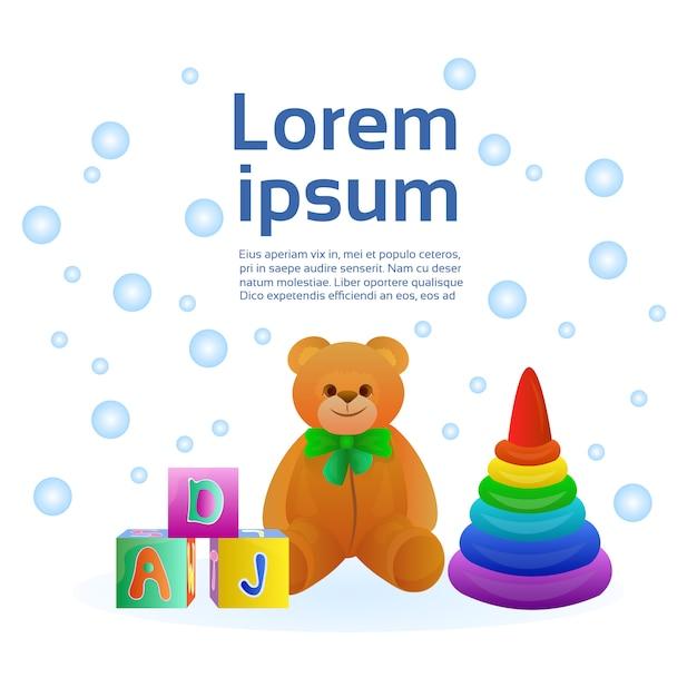 Ensemble de jouets pour bébé d'objets colorés, pyramide, blocs et ours en peluche. modèle de texte Vecteur Premium