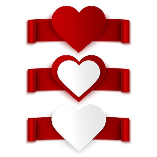Ensemble de rubans rouges avec un cœur réaliste isolé sur blanc Vecteur Premium