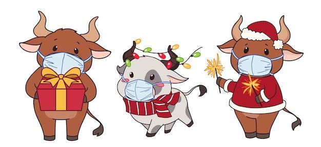 Ensemble De Vaches De Dessin Animé Mignon Portant Un Masque Médical Et Un Costume De Noël. Vecteur Premium