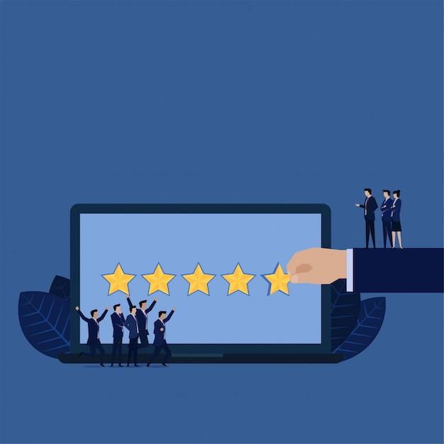 Les entreprises donnent cinq étoiles pour examiner l'équipe de gestion heureuse. Vecteur Premium